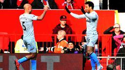 Gelandang West Ham United, Felipe Anderson berselebrasi bersama bek Pablo Zabaleta  usai mencetak gol ke gawang Manchester United pada lanjutan Liga Inggris di Old Trafford (13/4). MU menang tipis atas West Ham 2-1. (AFP Photo/Paul Ellis)
