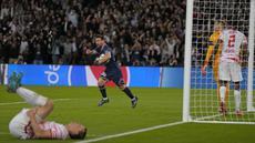 Pemain Paris Saint-Germain Lionel Messi melakukan selebrasi usai mencetak gol ke gawang RB Leipzig pada pertandingan sepak bola Grup A Liga Champions di Stadion Parc des Princes, Paris, Prancis, Selasa (19/10/2021). Paris Saint-Germain (PSG) menang 3-2. (AP Photo/Francois Mori)