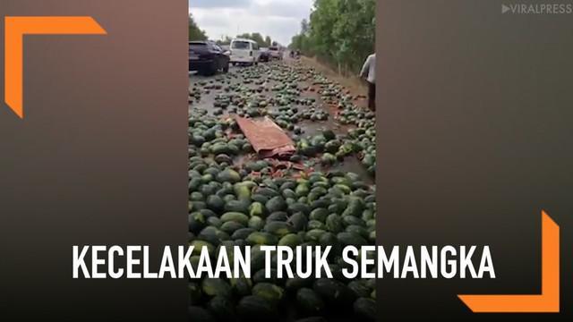 Sebuah truk mengalami kecelakaan di Phnom Penh, Kamboja. Akibatnya ratusan semangka di dalam truk berserakan di jalan.