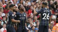 Pemain Manchester City Sergio Aguero (kiri) dan Riyad Mahrez (kanan) merayakan gol Raheem Sterling ke gawang Arsenal pada laga Liga Inggris di Emirates Stadium, Minggu (12/8/2018). (AP Photo/Tim Ireland)