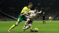 Gelandang Tottenham Hotspur, Giovani Lo Celso berebut bola dengan pemain Norwich City, Christoph Zimmermann pada pekan ke-24 Liga Inggris di Tottenham Hotspur Stadium, London, Rabu (22/1/2020). Tottenham Hotspur harus susah payah menaklukkan Norwich City 2-1. (AP/Matt Dunham)