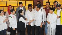 Capres 01 Joko Widodo bersalaman dengan Ketum PDIP Megawati Soekarnoputri saat konferensi pers di Jakarta, Rabu (17/4). Meskipun Jokowi-Ma'ruf unggul dalam hitungan cepat namun Jokowi meminta pendukungnya tetap menunggu penghitungan resmi KPU atas hasil perolehan suara Pilpres 2019. (Liputan6.com/An