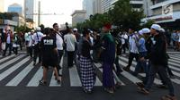 Massa aksi 22 Mei mulai berkumpul di depan Gedung Bawaslu, Jakarta, Rabu (22/5). Mereka mulai melakukan orasi menolak pemilu curang serta hasil rekapitulasi yang dilakukan Komisi Pemilihan Umum (KPU). (merdeka.com/Imam Buhori)