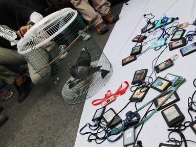 Massa yang tergabung dalam Aliansi Jurnalis Gorontalo mengumpulkan kartu identitas mereka saat menggelar aksi menolak RUU KUHP di Gorontalo, Senin (23/9/2019). Aksi tersebut diikuti oleh ratusan jurnalis. (Liputan6.com/Arfandi Ibrahim)