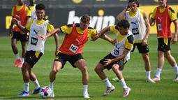 Pemain Borussia Dortmund, Thomas Meunier, saat menjalani sesi latihan di Dortmund Bracker Training Ground, Dortmund, Selasa (4/8/2020). Skuat Borussia Dortmund mulai jalani sesi latihan pramusim kompetisi Bundesliga 2020/2021. (AFP/Ina Fassbender)