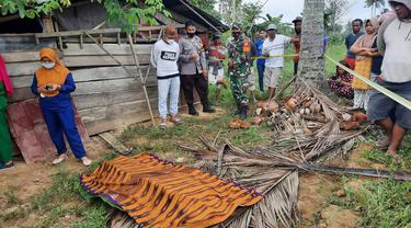 Mayat HO saat dilakukan Evakuasi oleh pihak Kepolisian dan warga setempat (Arfandi Ibrahim/Liputan6.com)