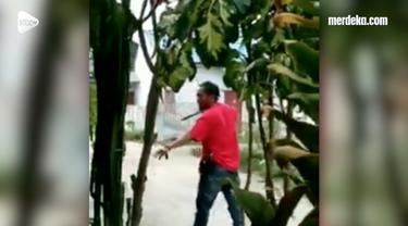 Pria yang diduga debt collector coba menikam seorang penunggak. Kejadian ini terekam kamera warga di Bulukumba, Sulawesi Selatan.