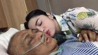 Dewi Perssik dan ayahnya (Sumber: Instagram/dewiperssikreal)