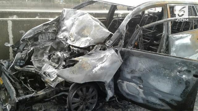Sebuah mobil Kijang Inova terbakar di ruas KM 0.200 di Jalan Tol Lingkar Barat, Cengkareng, Jakarta Barat, pada Rabu (27/12/2017).