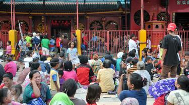 Jelang Imlek, ratusan pengemis penuhi pelataran Vihara Dharma Bhakti, Jakarta, Minggu (7/2/2016). Mereka berdatangan untuk berebut angpao yang dibagikan umat Tionghoa yang akan merayakan tahun baru Imlek. (Liputan6.com/Yoppy Renato)