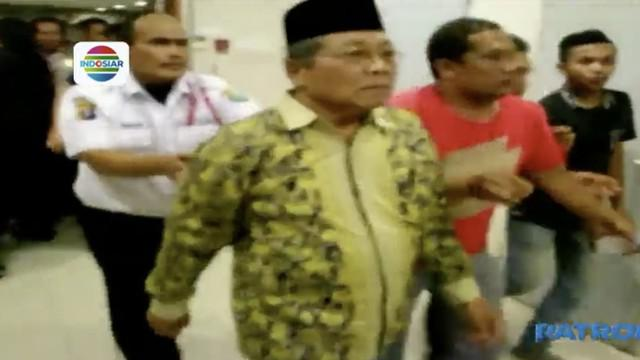 Ketua DPRD Sumatra Utara, Wagirin Arman, terpaksa dievakusi dari gedung DPRD Sumatra Utara oleh sejumlah petugas keamanan.