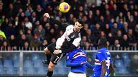 Striker Juventus, Cristiano Ronaldo, Mencetak gol ke gawang Sampdoria pada laga Serie A 2019 di Stadion Luigi Ferraris, Rabu (18/12). Juventus menang 2-1 atas Sampdoria. (AP/Luca Zennaro)