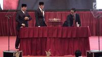 Calon Presiden dan Wakil Presiden nomor urut 02 Prabowo Subianto-Sandiaga Uno naik ke atas panggung untuk membacakan pidato kebangsaan di JCC, Jakarta, Senin (14/1) malam. Pidato kebangsaan mengusung Indonesia Menang. (merdeka.com/Iqbal S Nugroho)
