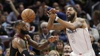 Aksi LeBron James saat Cavaliers melawan Washington Wizards di lanjutan NBA (AP Photo/Tony Dejak)
