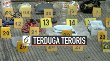 Densus 88 menangkap terduga teroris di kawasan Cilincing, Jakarta Utara. Polisi menyebut tersangka memiliki rencana melakukan pengeboman.