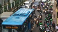 Arus lalu lintas di sekitar kawasan Stasiun Palmerah, Jakarta, Kamis (6/12). Keadaan ini mengganggu arus lalu lintas dan pejalan kaki. (Liputan6.com/Immanuel Antonius)