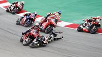 Insiden yang dialami Johann Zarco dan Andrea Dovizioso sehingga gagal finis pada balapan MotoGP Catalunya, 27 September 2020. (AP Photo/Joan Monfort)
