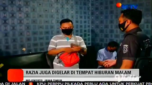 Petugas gabungan di Mojokerto, Jawa Timur menggelar razia penegakan disiplin protokol kesehatan pada Jumat malam. Puluhan pelanggar yang terjaring razia didata dan kartu identitasnya disita.