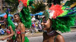 Sejumlah penari wanita mengenakan hiasan kepala saat mengikuti parade West Indian Day di Brooklyn, New York, Senin (3/9). Komunitas Karibia di New York telah mengadakan perayaan tahunan Karnaval sejak tahun 1920. (AP Photo/Craig Ruttle)