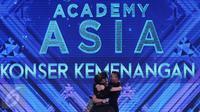 Tiga finalis D'Academy Asia 2 berpelukan usai tampil pada konser kemenangan di Studio 5 Indosiar, Jakarta, Kamis (29/12). Weni berhasil tampil menjadi juara dan Rani harus puas diposisi kedua serta Irsya ditempat ketiga. (Liputan6.com/Helmi Fithriansyah)