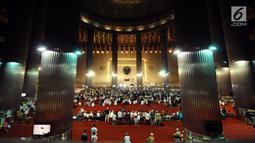 Umat muslim memenuhi ruang utama Masjid Istiqlal jelang salat sunah gerhana atau salat khusuf, Jakarta, Rabu (31/1). Ribuan umat muslim melaksanakan salat sunah gerhana atau salat khusuf di Masjid Istiqlal. (Liputan6.com/Helmi Fithriansyah)