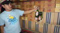 Kepala Satuan Reserse Narkoba Polres Gorontalo AKP Leonardo Widharta saat memperlihatkan barang bukti miras yang disita oleh Korem 133 Nani Wartabone Gorontalo. (Liputan6.com/ Arfandi Ibrahim)