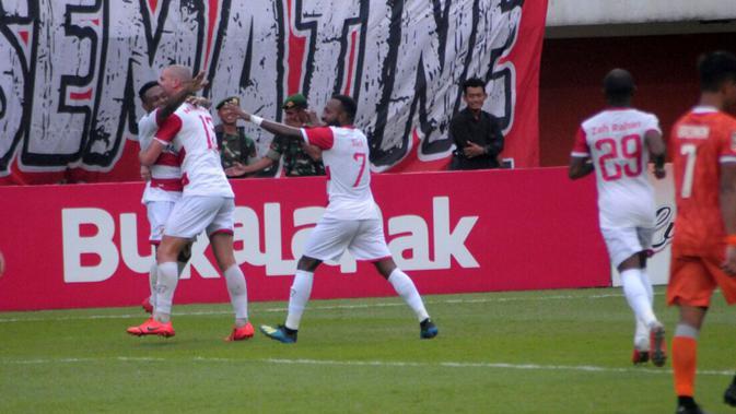 Pemain Madura United merayakan gol David Laly ke gawang BorneoFC dalam Piala Presiden 2019 di Stadion Maguwoharjo, Sleman, Jumat (15/3/2019). (Bola.com/Vincentius Atmaja)