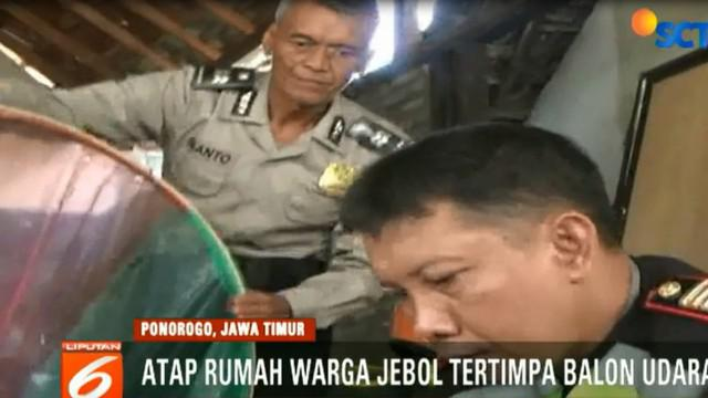 Dua rumah di Kecamatan Sampung, milik Suminto dan Ruminah rusak, akibat tertimpa balon udara.