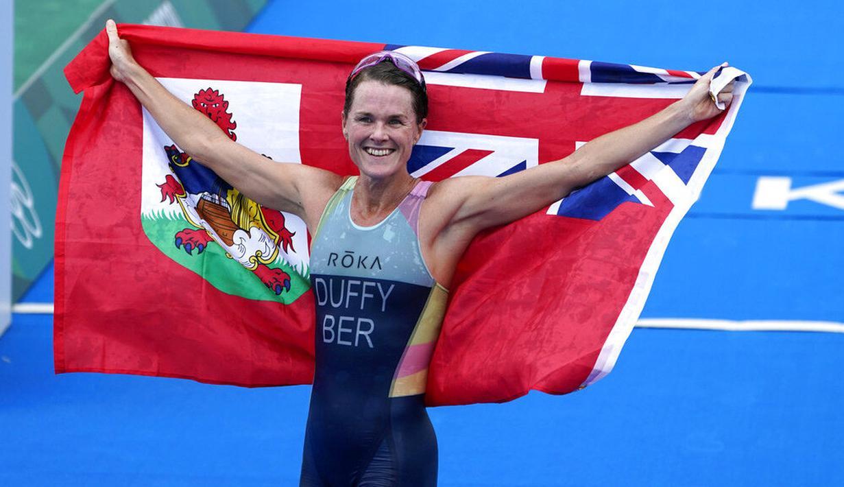 Bermuda menjadi negara dengan populasi terkecil yang berhasil memenangkan medali emas Olimpiade. Flora Duffy menyabet medali emas cabang triathlon nomor individu putri Olimpiade Tokyo 2020. (Foto: AP/David Goldman)