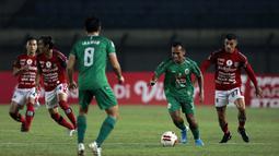 Striker PSS Sleman, Irfan Jaya (kedua dari kanan) menguasai bola dibayangi striker Bali United, Stefano Lilipaly (kanan) dalam laga perempatfinal Piala Menpora 2021 di Stadion Si Jalak Harupat, Bandung, Senin (12/4/2021). PSS Sleman menang 4-2 melalui adu penalti. (Bola.com/Ikhwan Yanuar)
