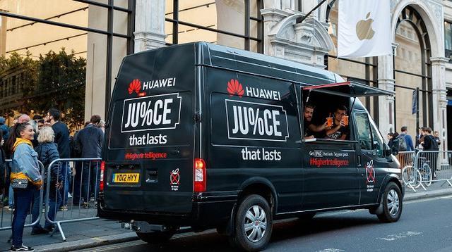 Van Huawei yang parkir di depan Apple Store di London (sumber: digital trends)