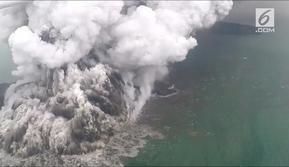 Tsunami Selat Sunda datang dalam senyap. Tak didahului gempa sebagaimana fenomena bencana tsunami yang diketahui awam, bencana ini menelan korban hingga lebih dari 400 jiwa.