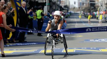 Atlet asal Swiss, Manuela Schar berhasil mencapai garis finis dan memenangkan kejuaraan balap kursi roda kategori wanita di ajang Boston Marathon ke-121 di Boston, Senin (17/4). (AP Photo/Elise Amendola)