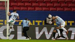 Satu-satunya gol yang tercipta di laga ini dicetak oleh pemain Argentina, Guido Rodriguez, saat laga baru berjalan 13 menit. (AP/Ricardo Mazalan)