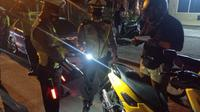 Penindakan tilang kepada pengendara yang menggunakan knalpot bising oleh Satlantas Polres Metro Jakarta Utara di wilayah Cempaka Putih, Jakarta, Senin (19/4/2021). (TMC Polda Metro Jaya)