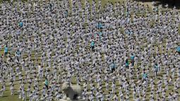 Peserta memperagakan seni bela diri taekwondo di depan Gedung Majelis Nasional Korea Selatan, Seoul, 21 April 2018. Peserta adalah para atlet taekwondo profesional, prajurit angkatan darat, laut, udara dan kepolisian serta kalangan sipil. (AP/Lee Jin-man)