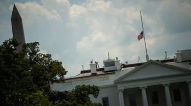 Bendera Amerika Serikat berkibar setengah tiang di Gedung Putih, Washington DC, Minggu (4/8/2019). Presiden Donald Trump memerintahkan pengibaran bendera setengah tiang di semua gedung pemerintah untuk mengenang korban tewas dalam dua penembakan massal di El Paso, Texas, dan Ohio. (Eric BARADAT/AFP)