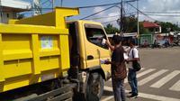 Wartawan yang tergabung dalam PWMB, membagikan masker bagi pengendara yang melintas di trafic light Langka Kabe, Manggarai Barat, NTT.( Foto Istimewah)