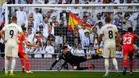 Pemain depan Girona Cristhian Stuani (dua kiri) mencetak gol penalti ke gawang Real Madrid dalam lanjutan La Liga di Stadion Santiago Bernabeu, Madrid, Spanyol, Minggu (17/2). Los Blancos kalah 1-2 dari Girona. (GABRIEL BOUYS/AFP)