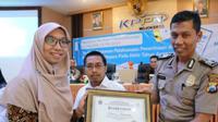 Kantor Pelayanan Pembendaharaan Negara (KPPN) Mojokerto memberikan penghargaan kepada Kepolisian Resort (Polres) Jombang. (Foto: Liputan6.com/Dian Kurniawan)