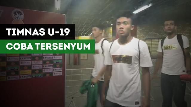 Berita video suasana saat para pemain Timnas Indonesia U-19 meninggalkan stadion setelah kekalahan 2-3 dalam drama adu penalti melawan Thailand pada semifinal Piala AFF U-18 2017, Jumat (15/9).