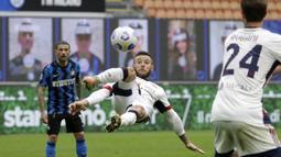 Gelandang Cagliari, Nahitan Nandez (tengah) melepaskan tendangan akrobatik saat menghadapi Inter Milan dalam laga lanjutan Liga Italia 2020/2021 pekan ke-30 di San Siro Stadium, Milan, Minggu (11/4/2021). Cagliari kalah 0-1 dari Inter Milan. (AFP/Alberto Pizzoli)
