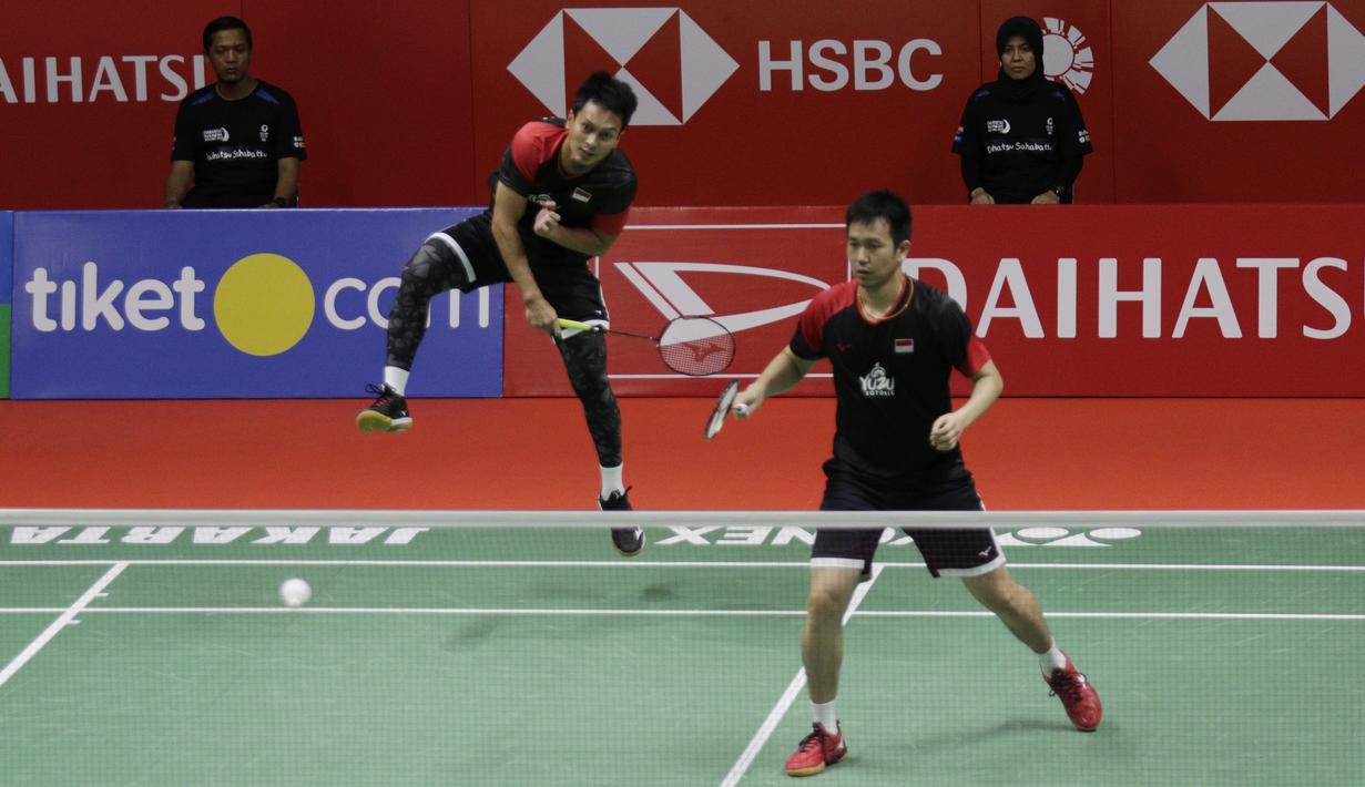 Ganda Putra Indonesia, Mohammad Ahsan/Hendra Setiawan, saat melawan Kevin Sanjaya/Marcus Fernaldi, pada laga final Daihatsu Indonesia Masters 2020 di Istora, Jakarta, Minggu (19/1). Kevin/Marcus menang 21-15, 21-16. (Bola.com/M Iqbal Ichsan)