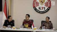 Ketua KPI Pusat Yuliandre Darwis (tengah) memberi sambutan saat audensi peserta Puteri Muslimah Asia 2018 di KPI, Jakarta, Jumat (4/5). Kunjungan agar para peserta mengenal lebih dekat tugas dan tanggung jawab KPI. (Liputan6.com/Faizal Fanani)