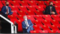 Sir Alex Ferguson menghadiri laga Manchester United melawan Southampton pada laga Premier League di Old Trafford, Selasa (14/7/2020). Mengenakan masker di bawah hidung, Sir Alex Ferguson jadi sorotan di media sosial. (AP/Clive Brunskill/Pool)