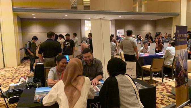 Suasana pameran pendidikan yang digelar oleh EducationUSA dan Kedutaan Besar AS di Hotel Grand Hyatt, Jakarta, Sabtu 15 Februari 2020. (Liputan6.com/ Benedikta Miranti T.V)