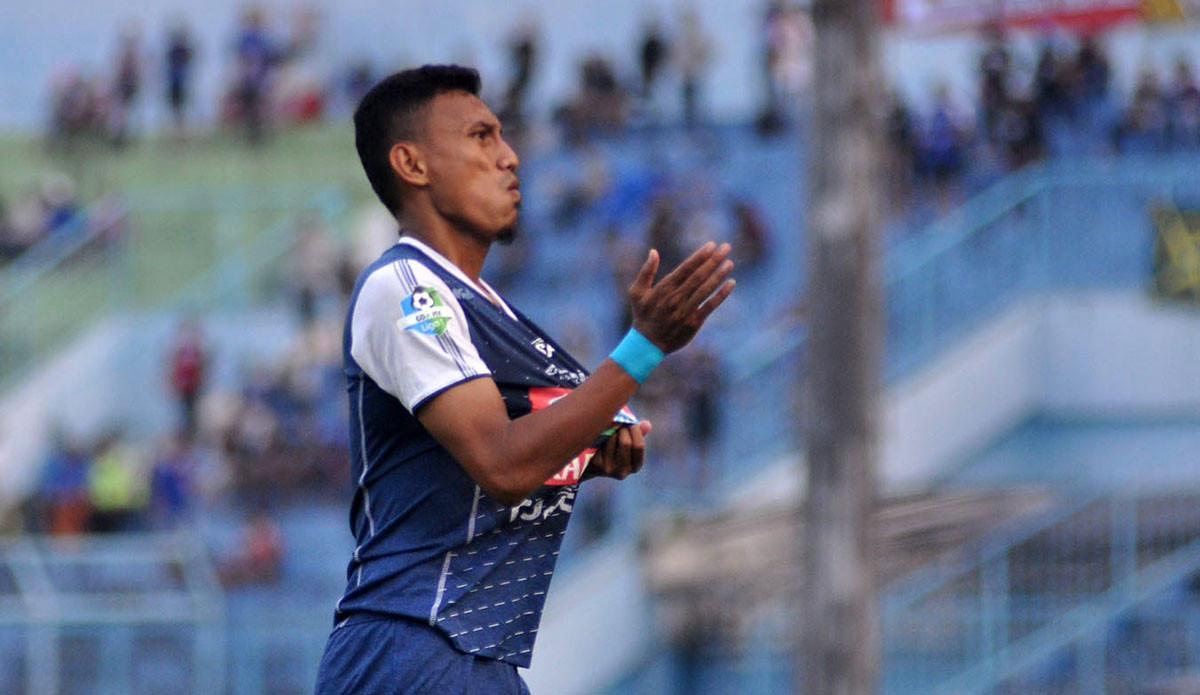 Rivaldi Bawuo menyumbangkan gol saat Arema menang telak melawan Bhayangkara FC di Stadion Kanjuruhan, Malang, Selasa (22/5/2018). (Bola.com/Iwan Setiawan)