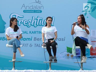 Koreografer Evelinn Kurniadi (kanan) bersama aktris Devi Lanni (kedua kanan) dan Andalan Feminine Care Brand Talent Sonya Pandarmawan (kedua kiri) hadir sebagai pembicara dalam acara bertajuk Andalan Freshtival Special Kartini Day di Senayan, Jakarta, Minggu (21/4). (Liputan6.com/Immanuel Antonius)