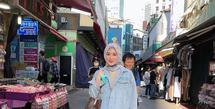Selebgram Ayana Moon tampil manis dalam balutan jaket jeans dan rok floral. Untuk hijab, Ayana memilih hijab bermotif warna biru yang senada dengan jaketnya. (Instagram/xolovelyayana).