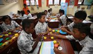 Cara Kreatif Diberikan Guru kepada Para Murid Saat Menjelaskan Pemahaman tentang Gizi Seimbang. Kegiatan Ini Bagian dari Program Gerakan NUSANTARA 2018 (Foto: Aditya Eka Prawira/Liputan6.com)